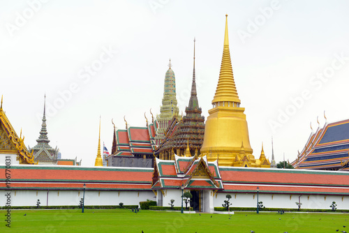 Stampa su Tela  Traditional architecture at and around the Grand Palace, near the Phraya River i