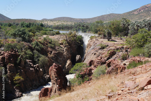 In de dag Khaki A view of the beautiful Epupa Falls on the border of Namibia and Angola. Africa