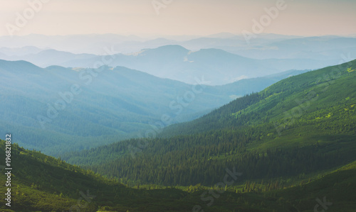 In de dag Khaki Mountain landscape fog