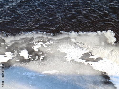 Plakat woda i lód na zamarzniętej rzece