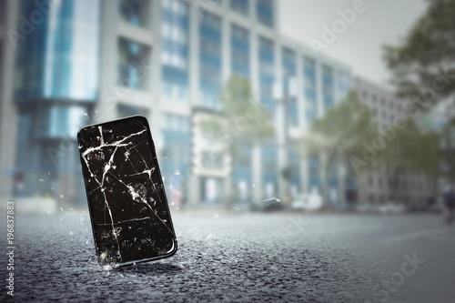 Valokuva  Handy fällt auf Straße