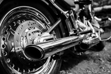 Widok z tyłu chromowanych rur wydechowych motocykla
