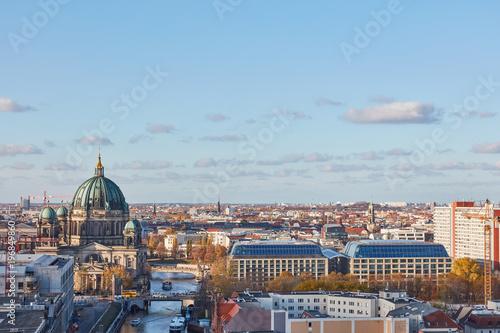 Skyline mit Berliner Dom in Berlin neben Spree Poster