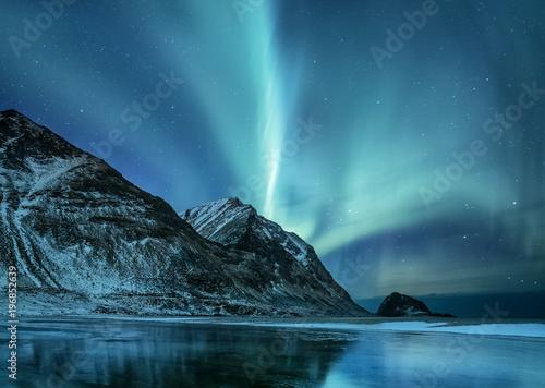 Foto auf Gartenposter Nordlicht Northen light under mountains. Beautiful natural landscape in the Norway