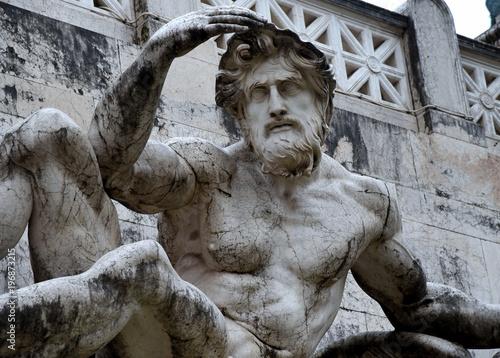 Foto  Skulptur an der Fassade der Vittorio Emanuele