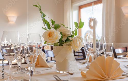Festliches Tisch Arrangement Mit Glaser Und Servierten Und Blumen