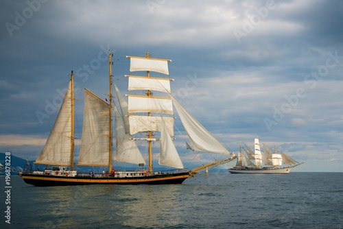 In de dag Schip Tall ship race in the Black sea. Large white sails on masts. Beauty seascape.