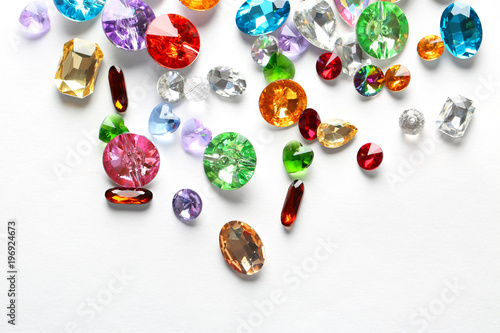 Fotomural  Colorful precious stones for jewellery on white background