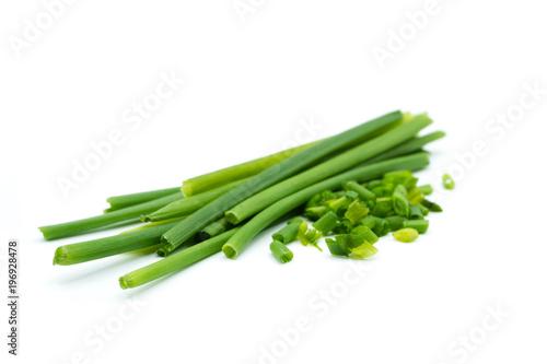 Foto auf Leinwand Kräuter Grün Schnittlauch isoliert freigestellt auf weißen Hintergrund, Freisteller