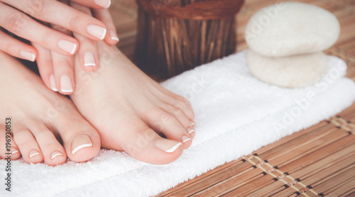 In de dag Pedicure Care for beautiful woman legs on a towel