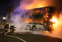 Feuerwehrleute Löschen Den Brand Eines Doppeldecker-Busses