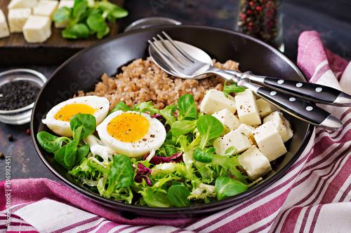 Plakat Zdrowe śniadanie z jajkiem, serem, sałatą i kaszą gryczaną na ciemnym tle. Odpowiednie odżywianie