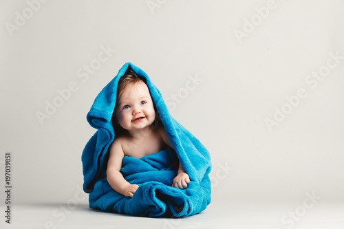 Obraz Baby girl covered with a blue warm blanket - fototapety do salonu