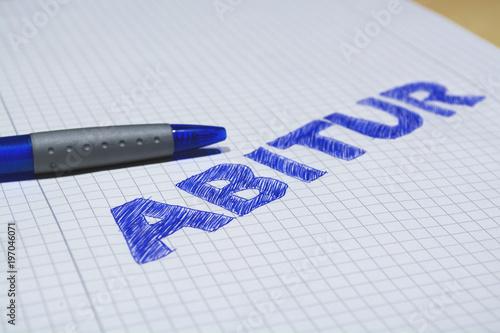 Photo Stift auf Papier mit dem Wort Abitur