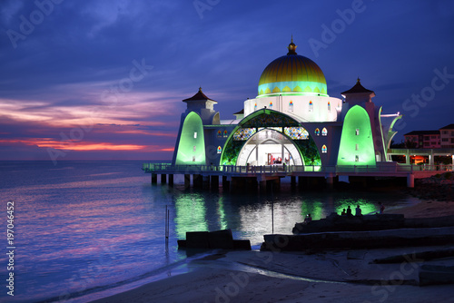 Fotografía  Glowing Strait Mosque of Malacca during sunset and blue hour