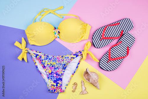 Fotografia  Bright swimsuit, striped flip flops
