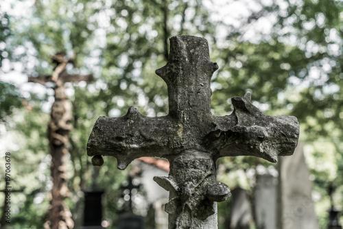 Foto op Canvas Begraafplaats Grabkreuz in einem alten verlassenen Friedhof