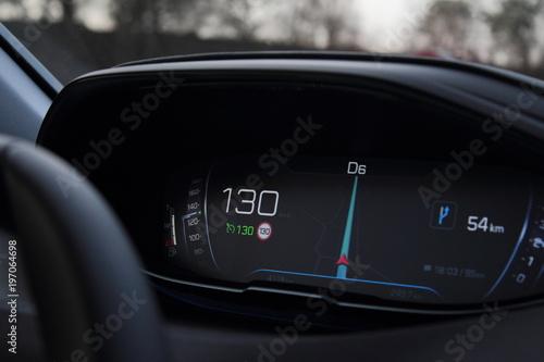 Tela  Le tableau de bord de voiture moderne. 130 kmh.