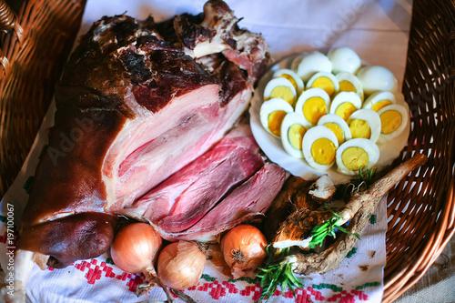 Plakat Wielkanocna szynka i jajka. Tradycyjne śniadanie. Zamyka w górę strzału jedzenie w łozinowym koszu.