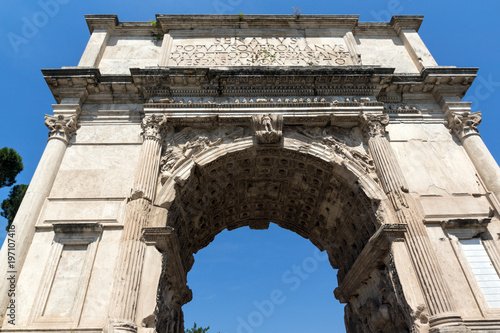 Photo Arch of Titus in Roman Forum in city of Rome, Italy