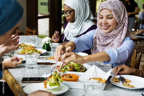 Fotomural  Islamic women friends dining together with happiness