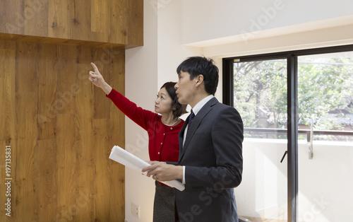 Fotografie, Obraz  住宅系汎用 図面を持つビジネスマンと施主
