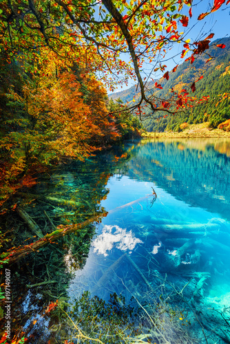 Foto op Plexiglas Blauwe jeans Fantastic autumn landscape. Amazing lake with azure water
