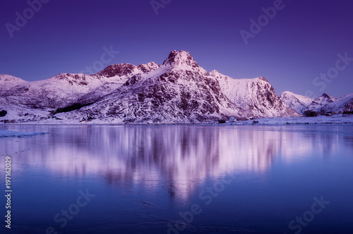 Montage in der Fensternische Violett Mountain ridge and reflection in the lake. Natural landscape in the Norway
