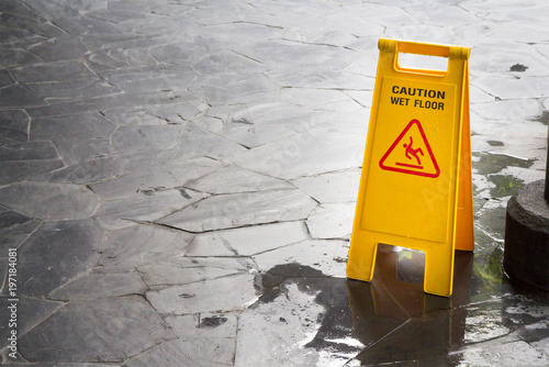 wet floor sign with water drops on wet stone floor Fototapet