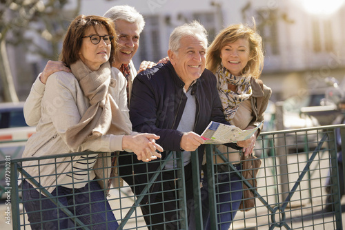 Fotografía  Group of senior people on vacation leaning on fence