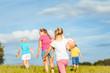 Familie bei Sport und Spiel auf einer Wiese im Sommer