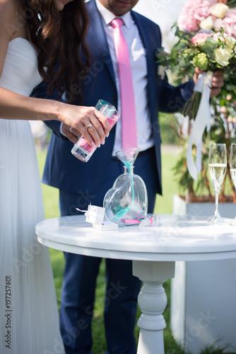 Fotografía  Bride and groom having sand ceremony