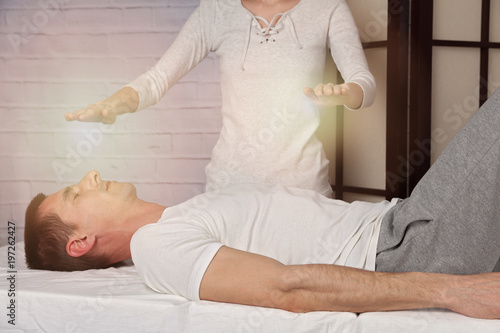 Photo  Man having reiki healing treatment , alternative medicine concept