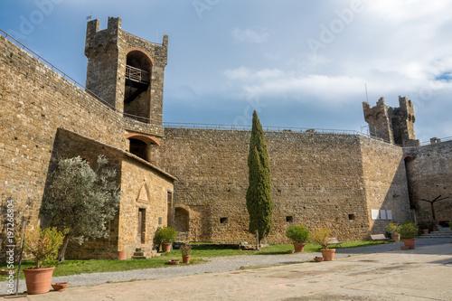 Stampa su Tela Fortezza Rocca - Festung  von Montalcino Innenhof