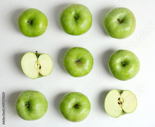 Foto Fresh green apples on white background, flat lay