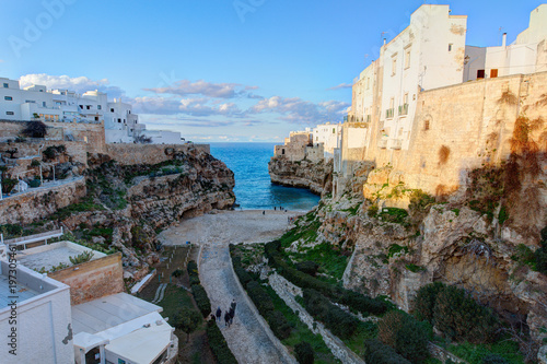 Fotomural  Tiny street with famous beach in the historical part of Polignao A Mare town