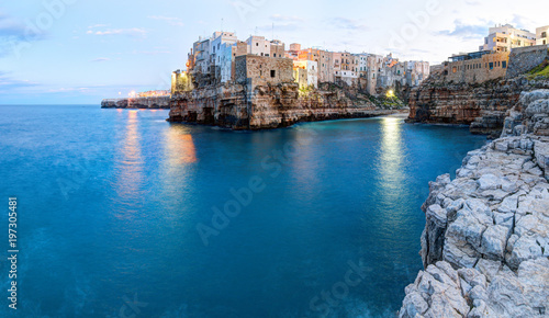 Fotografía Evening view of Polignano a Mare town. South of Italy.