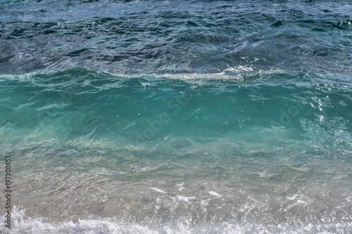 Plakat Widok od plaży przy błękitnym morzem z małym falowym tłem
