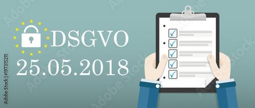Cuadros en Lienzo  Hände mit einer Checkliste daneben Text DSGVO am 25 Mai 2018