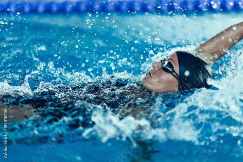 Obrazy Pływanie   professional-swimmer-swimming-race-indoor-pool