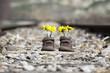 Zapatos de niño sobre via de tren