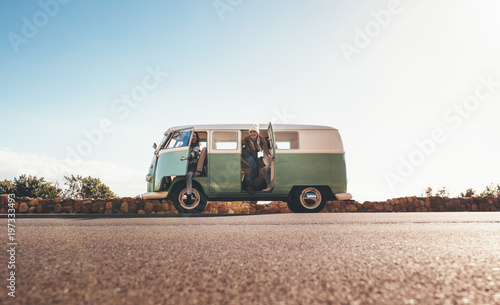 Photo  Women on roadtrip travelling together in a van