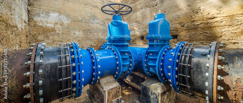 Fotografia  Large valves on the pipeline.