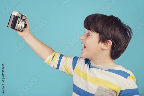 niño divertido con cámara de fotos Poster