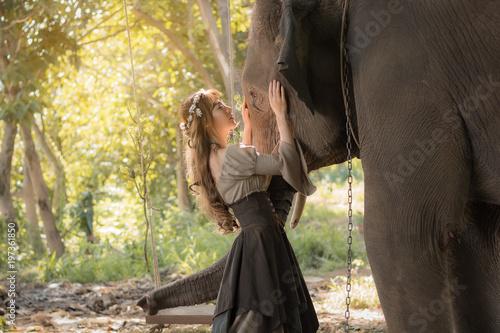 piekna-azjatycka-kobieta-i-slon-w-naturze