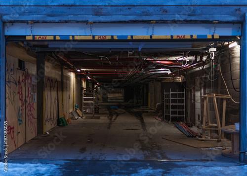 Fototapety, obrazy: Shady passageway