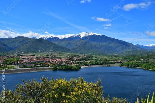 La pose en embrasure Kaki Vinça, son lac et le Canigou