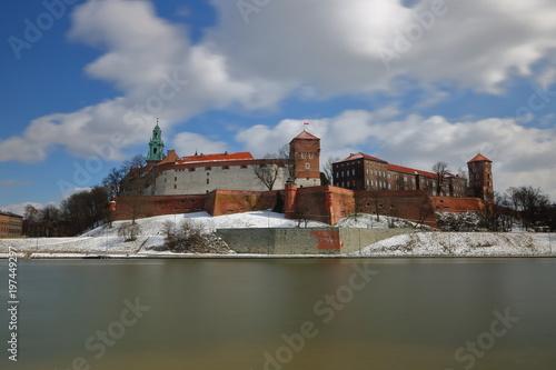 widok-zamku-w-krakowie-polska-z-przeciwnego-brzegu