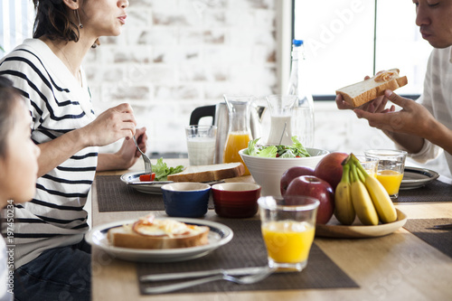 Fotografia  パン、バナナ、りんご、オレンジジュース、昼食。