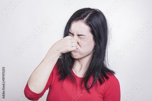 Photo  Beißender Gestank nötigt Frau, sich die Nase zu zu halten